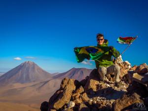 Henrique Krueger no cume de um vulcão no deserto do Atacama - Foto: Divulgação